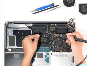 טכנאי מק מתקן לוח אם של מחשב איימק imac